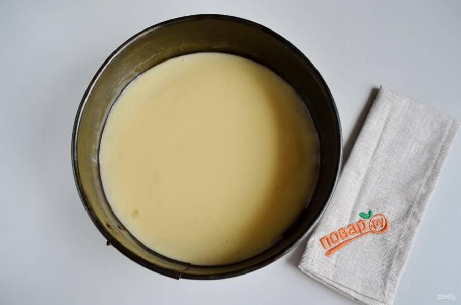 Форму застелите бумагой, смажьте маслом, вылейте тесто. Поставьте форму в горячую духовку на 30 минут, температура 200 градусов.