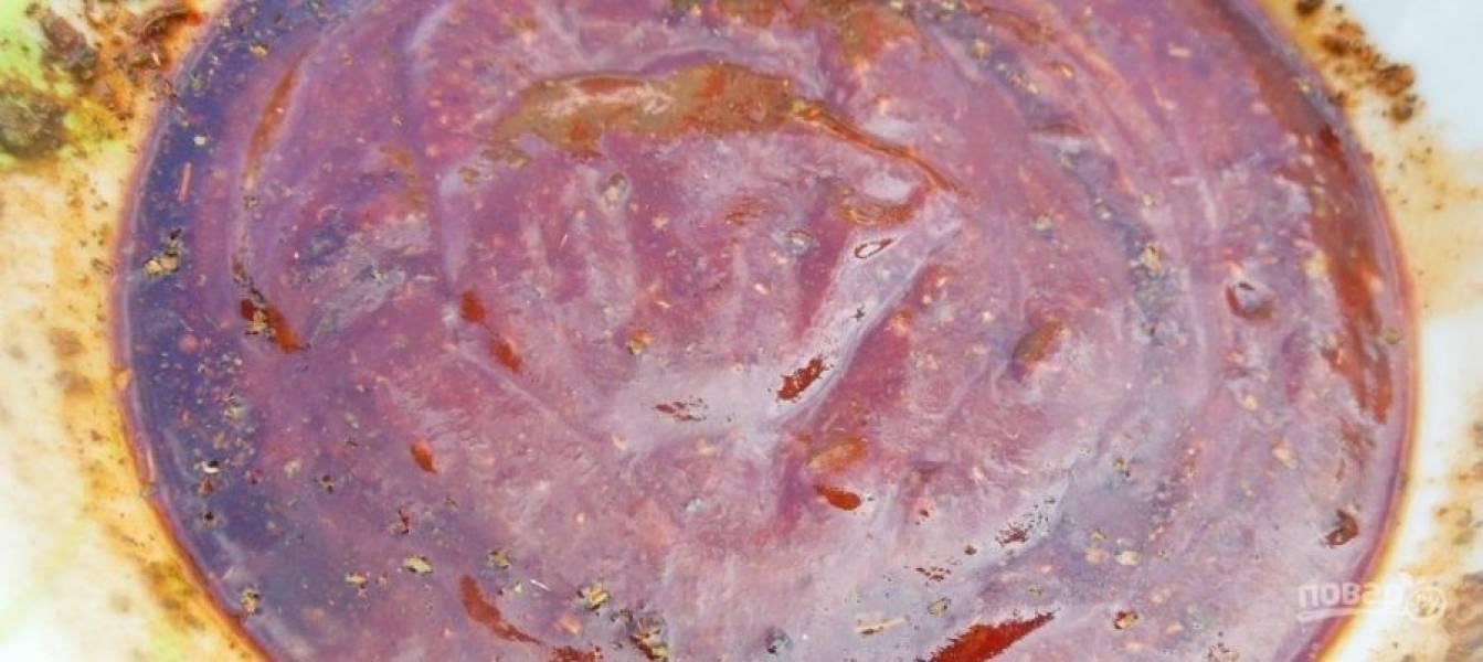 Готовим маринад. Для этого смешиваем мед, соевый соус, горчицу, кетчуп, добавьте специи, хорошенько все перемешиваем. Мелко рубим чеснок и также добавляем его в маринад.