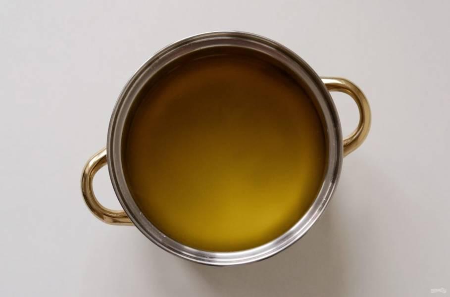 Слейте воду в кастрюлю, добавьте сахар и начните нагревать на среднем огне. Варите после закипания 2-3 минуты.