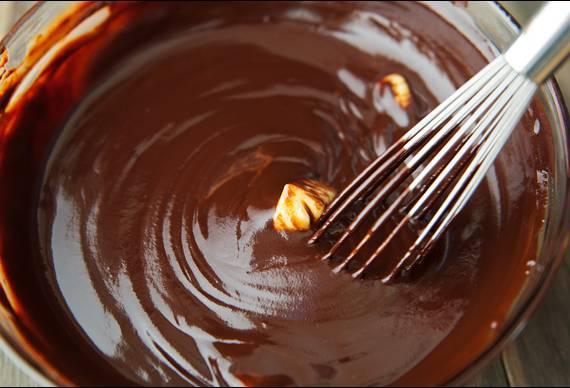 14. Осталось только приготовить глазурь. Тут все довольно просто: сливки, растопленный шоколад и сливочное масло.