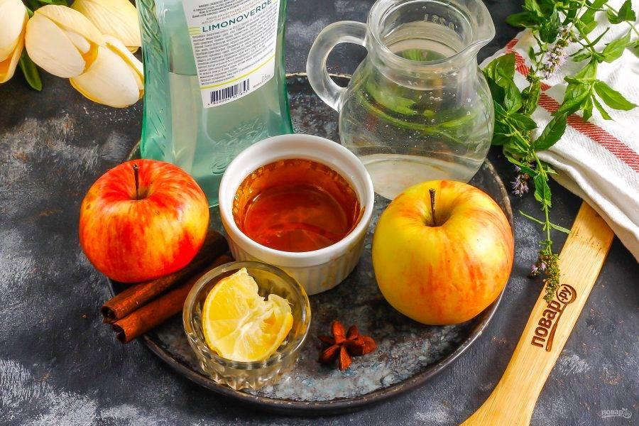 Подготовьте указанные ингредиенты. Яблоки можно использовать любого сорта, но если они очень кислые, то добавьте еще немного меда или сахара.