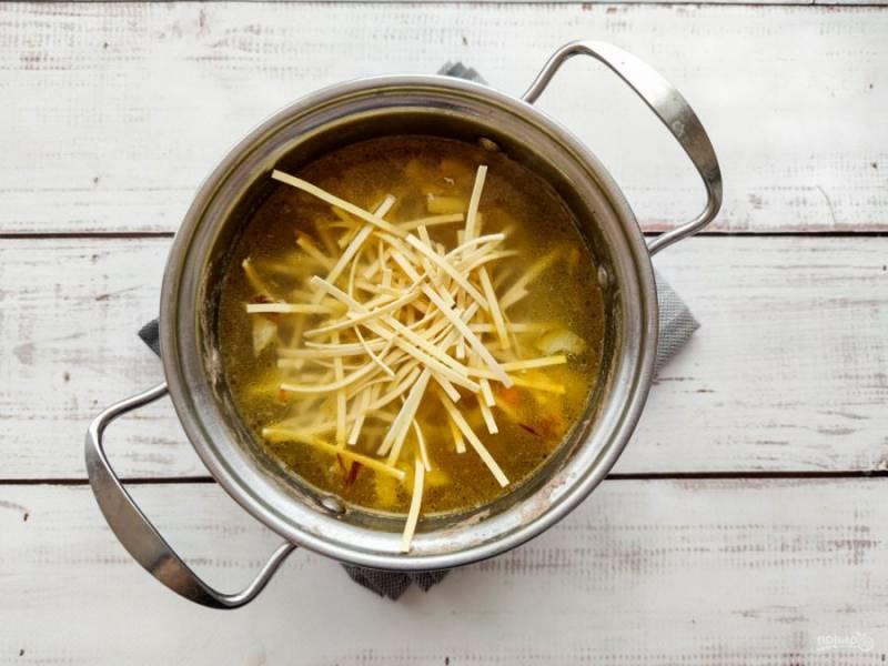 Лапшу добавьте в суп и варите еще 5-7 минут.