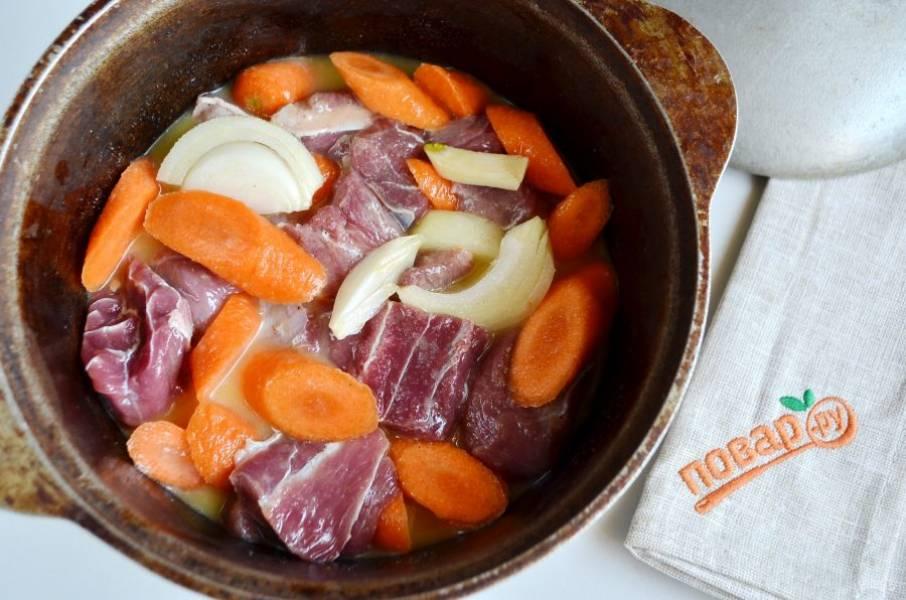 5. В казан или огнеупорную керамическую кастрюлю положите овощи и мясо. Залейте соусом, перемешайте. Откорректируйте на соль. Закройте казан крышкой и поставьте в горячую духовку на 4 часа томиться при температуре 130 градусов.