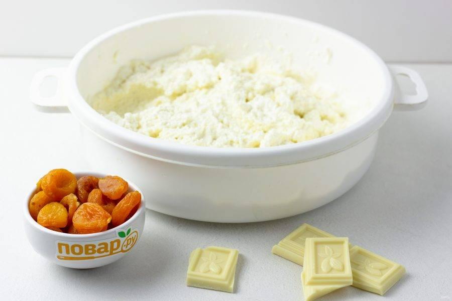 Творог, ванилин, молоко, яйцо и манку взбейте блендером или тщательно разотрите толкушкой для картофельного пюре до однородной массы.