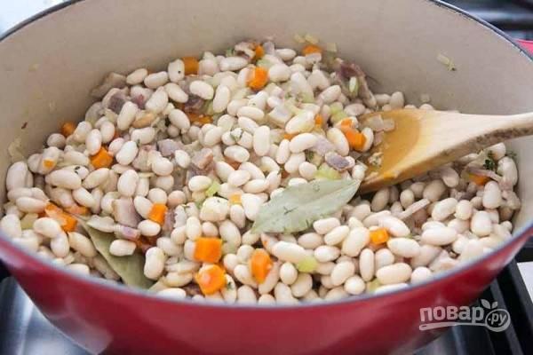 3.В кастрюлю к овощам добавьте фасоль, лавровый лист, нарезанный мелко тимьян.