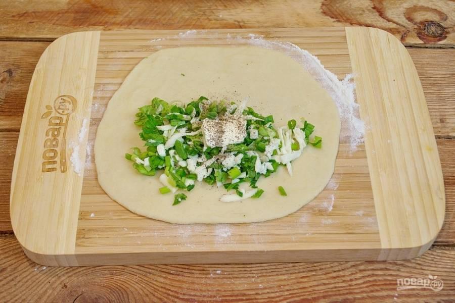 На половинку блинчика уложите порцию начинки. Добавьте соль, черный молотый перец и кусочек сливочного масла.