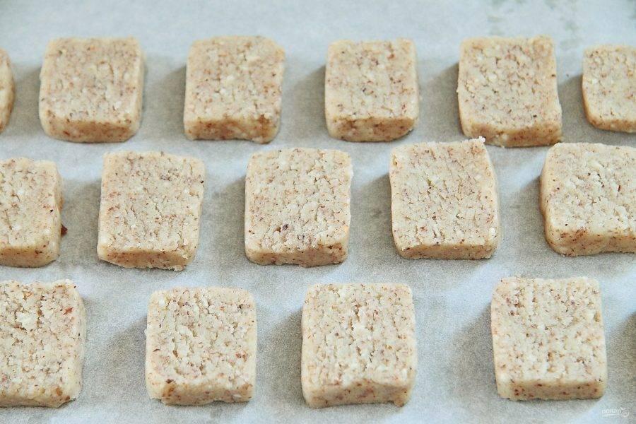 7. Выложите печенье на противень, застеленный пергаментом и выпекайте при 180 градусах около 12-15 минут.