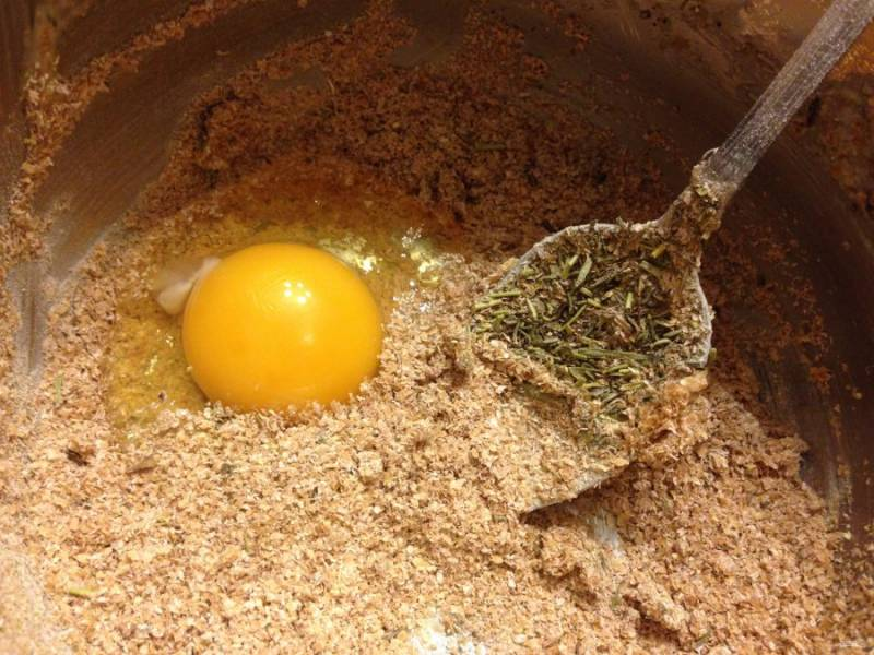 Сделайте тесто. Отруби, измельчённые, перемешайте с травами и яйцом.