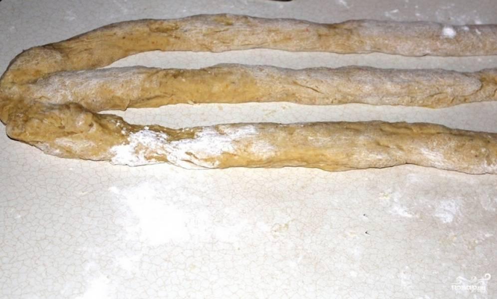 Подошедшее тесто разделите на четыре равные части. Три части скатываем в длинные колбаски.