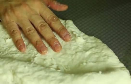 5. Пирожковое тесто без дрожжей в домашних условиях будет готово уже через 3-5 минут. Его можно раскатать по поверхности руками или же при помощи скалки. Такое тесто не требует дополнительного времени, так как ему не нужно подходить, поэтому можно сразу приступать к непосредственному приготовлению пирожков.  Для такого теста подойдет любая несладкая начинка. Если же пирожки планируются с фруктами или ягодами, нужно увеличить количество сахара в тесте.