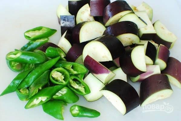 1. Вымойте, обсушите и нарежьте средними ломтикам баклажаны и перец.