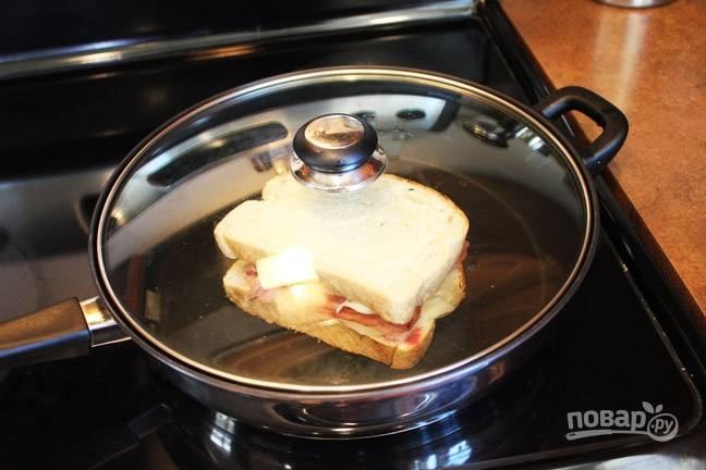 4. Накройте сковороду крышкой и поджарьте бутербродик с двух сторон до румяности.  Приятного аппетита!