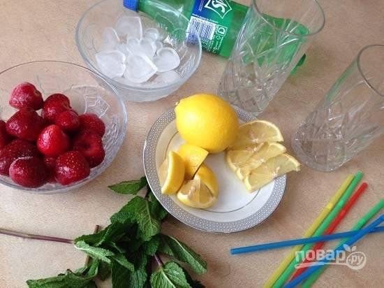 Подготовим ингредиенты. Вымоем зелень мяты и ягоды, отрежем от лимона несколько кружочков-долек и половинку лимона разрежем на 4 части.