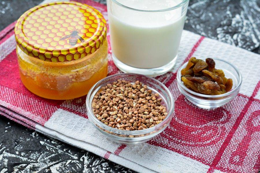 Подготовьте ингредиенты для приготовления гречки на завтрак для похудения.
