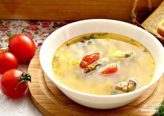 Пока суп доваривается, промойте и мелко нарубите укроп. Добавьте его при подаче. Рассольник будет готов спустя 2 часа. Приятного вам аппетита!