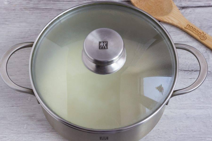 Накрываем крышкой и забываем на полчаса. На этом всё! Представляете, сколько полезных свойств риса мы сохранили, всего 3 минуты варки!