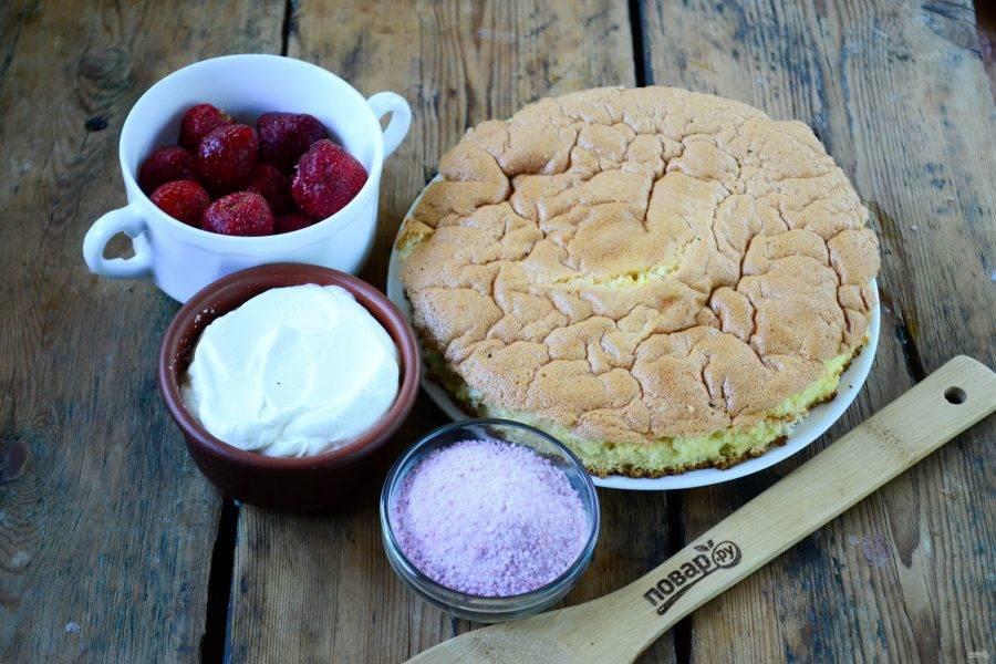 Подготовьте все необходимые ингредиенты. Бисквит я приготовила заранее и вырезала по размеру формы, в которой буду собирать торт. Если вы будете собрать торт в той же форме, в которой пекли бисквит, то вырезать не нужно.
