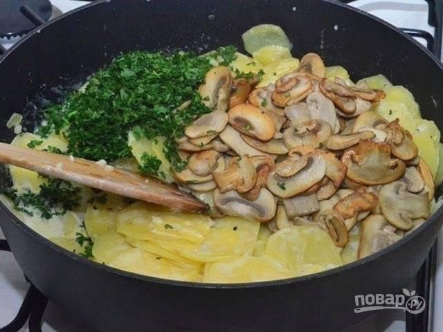 Далее в сковороду с картофелем добавьте измельчённую петрушку и грибы.