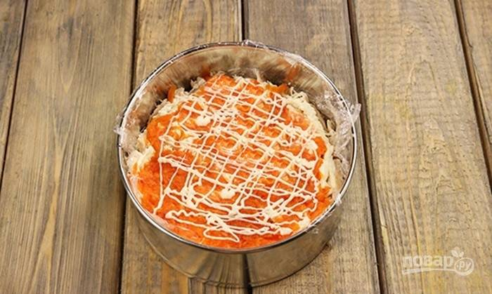 Отваренную и очищенную морковь натрите на крупной тёрке, положите следующим слоем, посолите. Немного смажьте слой майонезом.