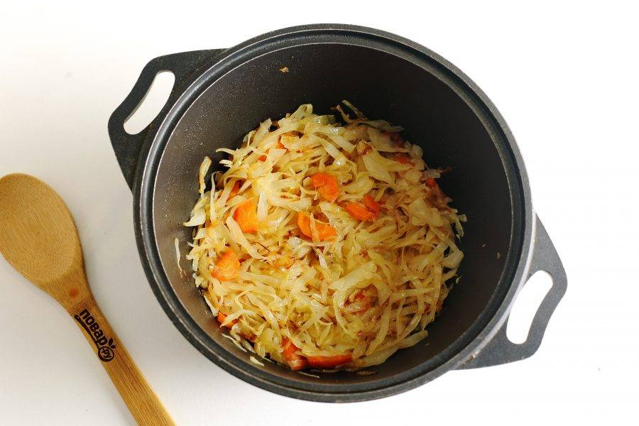 Продолжайте готовить около 15-20 минут, пока капуста не станет мягкой.