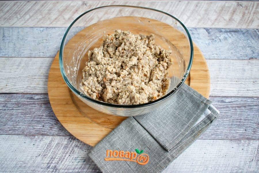 Жаренные грибы с луком также пробейте в блендере. Соедините все  в миске, добавьте соль, перец, сушеный чеснок, уцхо-сунели, перемешайте. Паштет должен быть не жидким, и не чересчур сухим.