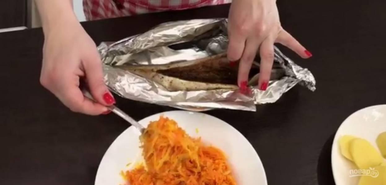 3.  Картофель нарежьте тонкими кружочками. Из половины лимона выдавите сок, а вторую половину нарежьте тонкими полукольцами. Фольгу сложите вдвое, выложите в нее рыбу спинкой вниз и сформируйте рукав.