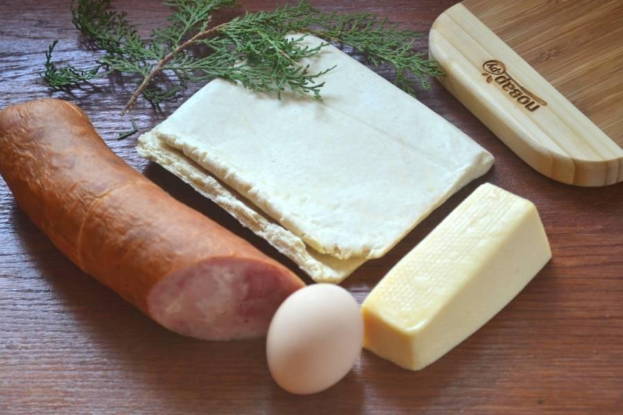 Подготовьте все необходимые ингредиенты. Тесто для пирога советую брать именно слоено-дрожжевое, тогда пирог получится более нежным.