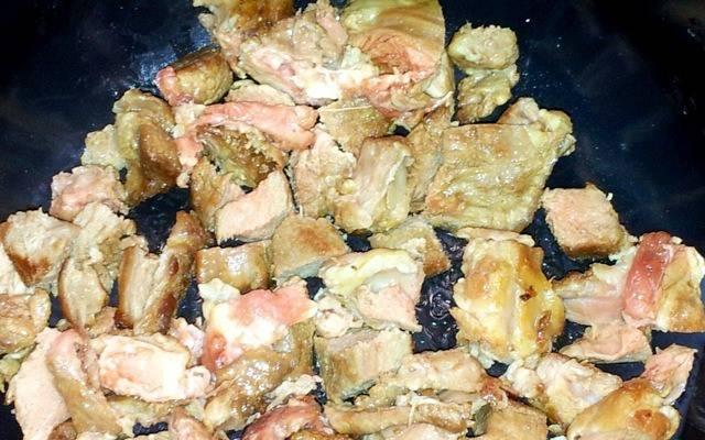 """1. Мясо режем кусочками, солим и перчим, выкладываем в чашу мультиварки и заливаем маслом. В режиме """"жарка"""" выставим 10-15 минут."""