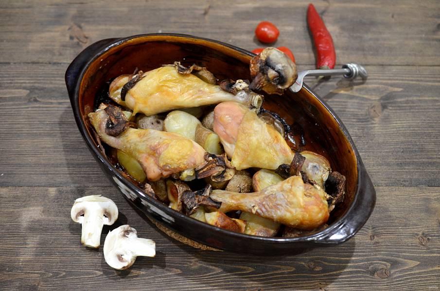 Куриные голени с грибами и картошкой в духовке