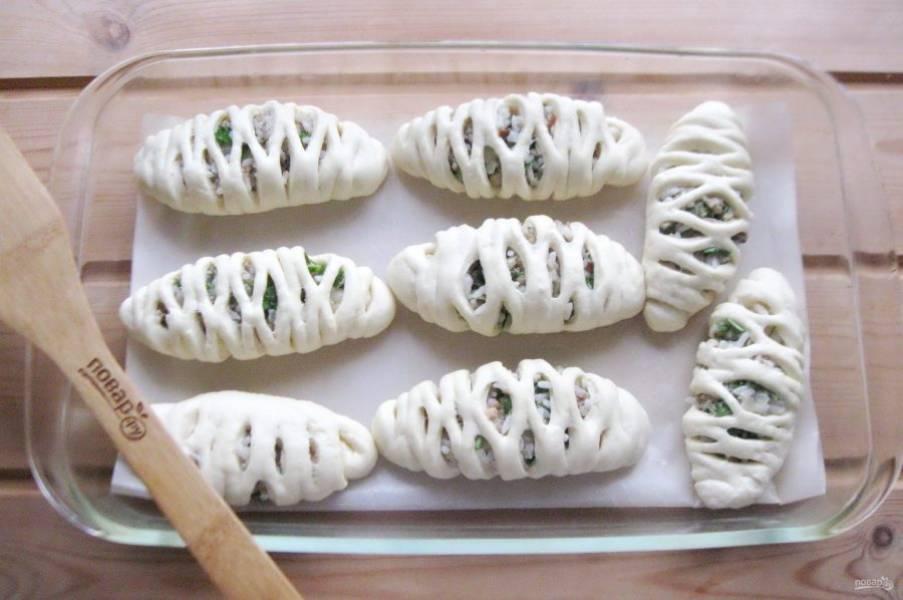 Так поступите со всем тестом и начинкой. Выложите пирожки в форму для выпечки. Дайте им постоять при комнатной температуре 25-30 минут.
