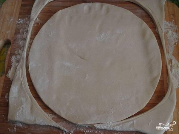 5. Теперь можно заняться тестом. Раскатайте его немного. Можно сделать отдельно дно, отдельно борта или выложить пласт целиком в форму.