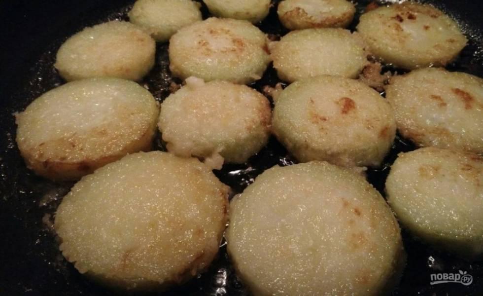 4. Обязательно отправляйте жариться кабачок на раскаленное масло, чтобы они не прилипли и хорошо переворачивались