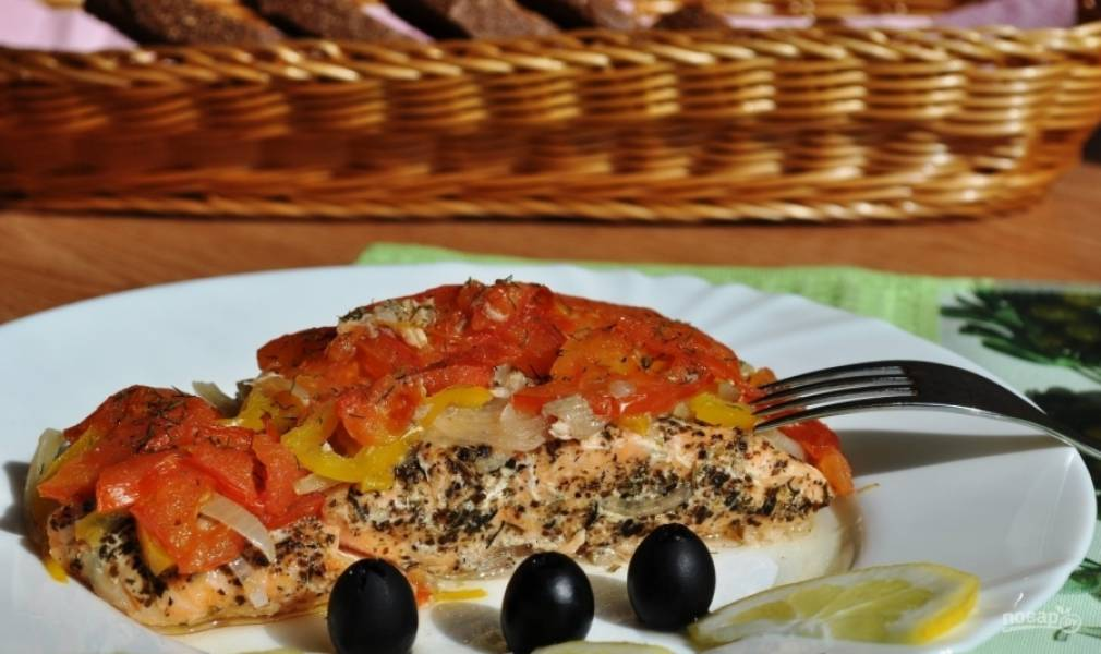 Заверните кусочки рыбы в фольгу и запекайте сёмгу в разогретом духовом шкафу при 180 градусах в течение 25 минут. Приятного аппетита!