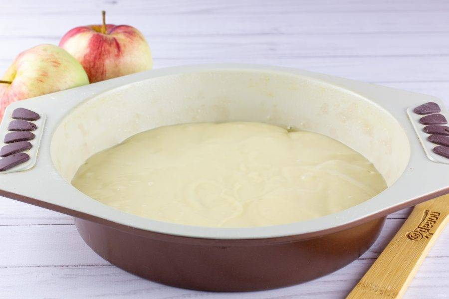 На яблоки выложите половину теста.