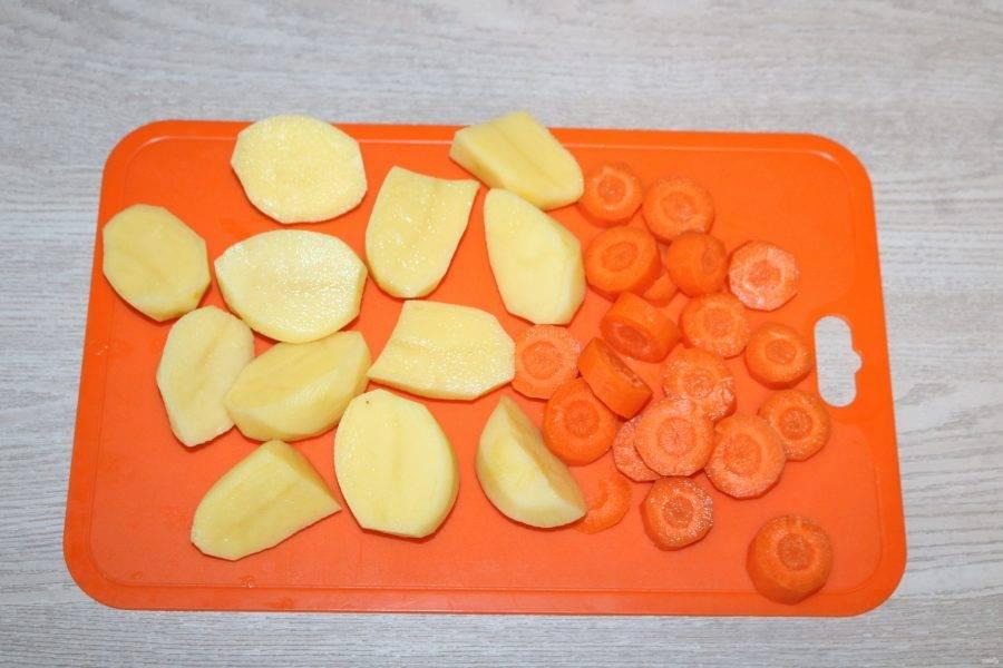 Картофель нарежьте крупно, морковь колечками.