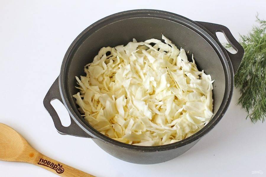Затем добавьте нашинкованную капусту.