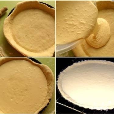 3.Разогреть духовку. Форму для выпечки застелить пергаментной бумагой. Из теста раскатать круг, чтобы диаметр его был немного больше диаметра формы. Тесто выложить в форму так, чтобы его края свисали из формы. Внутрь теста вылить начинку и края немного зажать. Пирог выпекается около 40 минут при температуре 200 градусов. Вытащить готовый пирог, остудить его и разрезать на порционные куски.