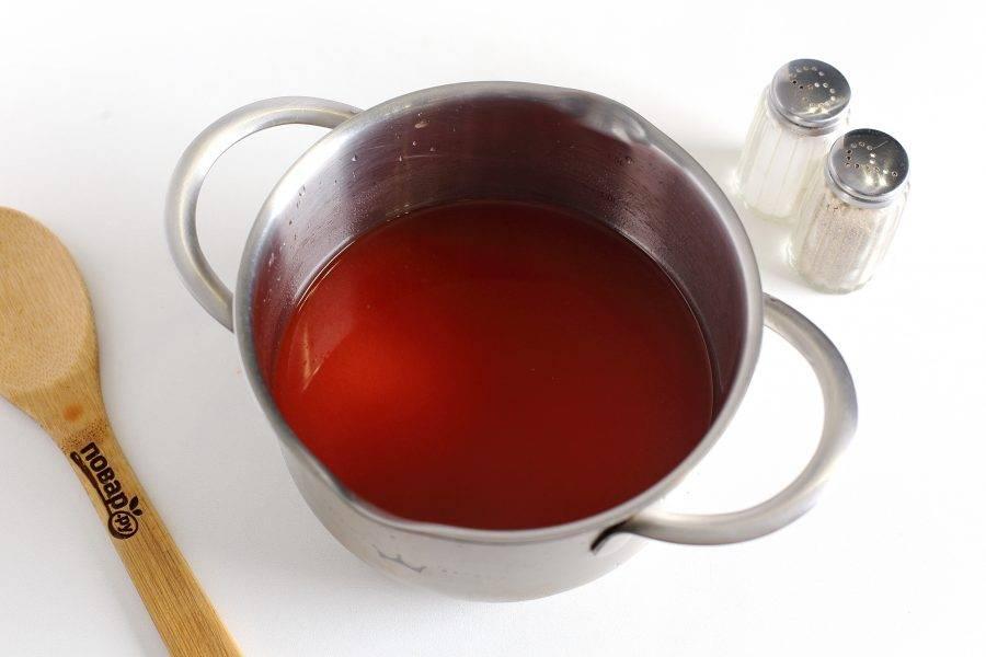 Томатную пасту разведите в воде. Отрегулируйте соус на соль. Можно добавить щепотку сахара и специи.