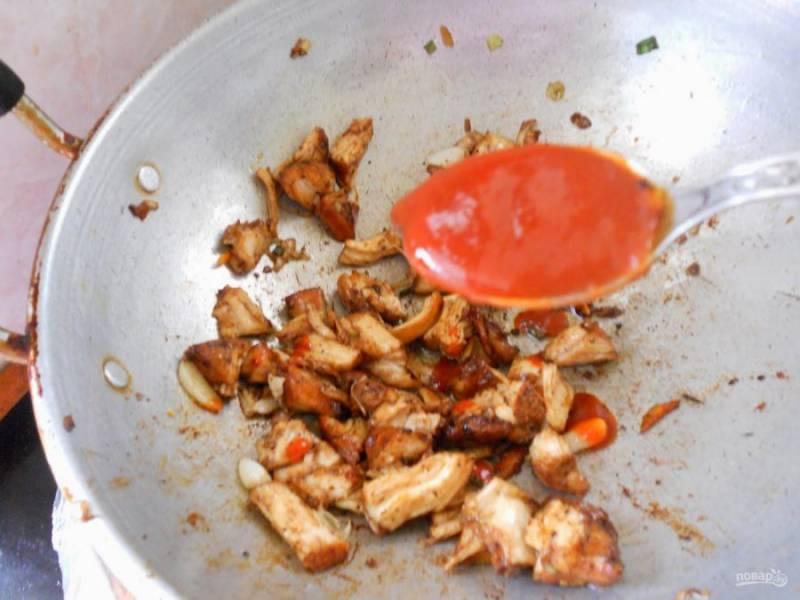 12.К курице добавьте острый соус «Чили» и хорошенько перемешайте.