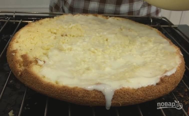 8. Когда бисквит почти остыл, разрежьте его на 3 части так, чтобы средняя была тоньше. Каждый корж пропитайте сметанным кремом, а через 10 минут повторите.