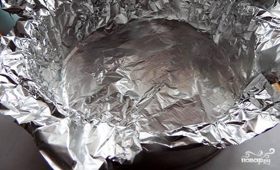5. Проложите форму пищевой фольгой.