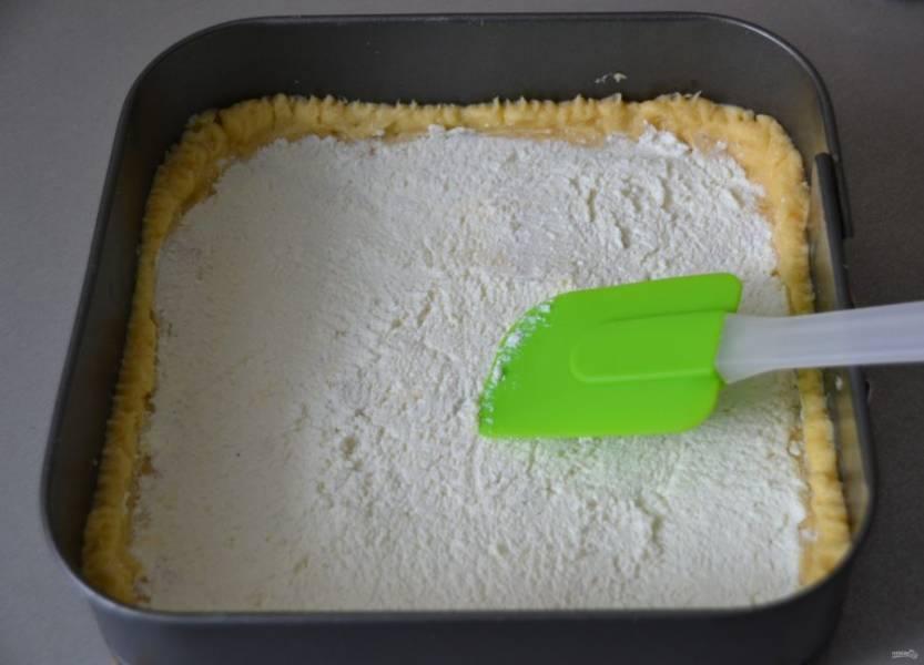 Выложите творожную начинку на тесто.