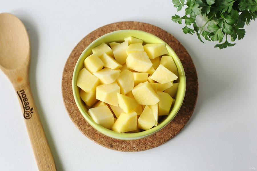Тем временем картофель нарежьте кубиками.