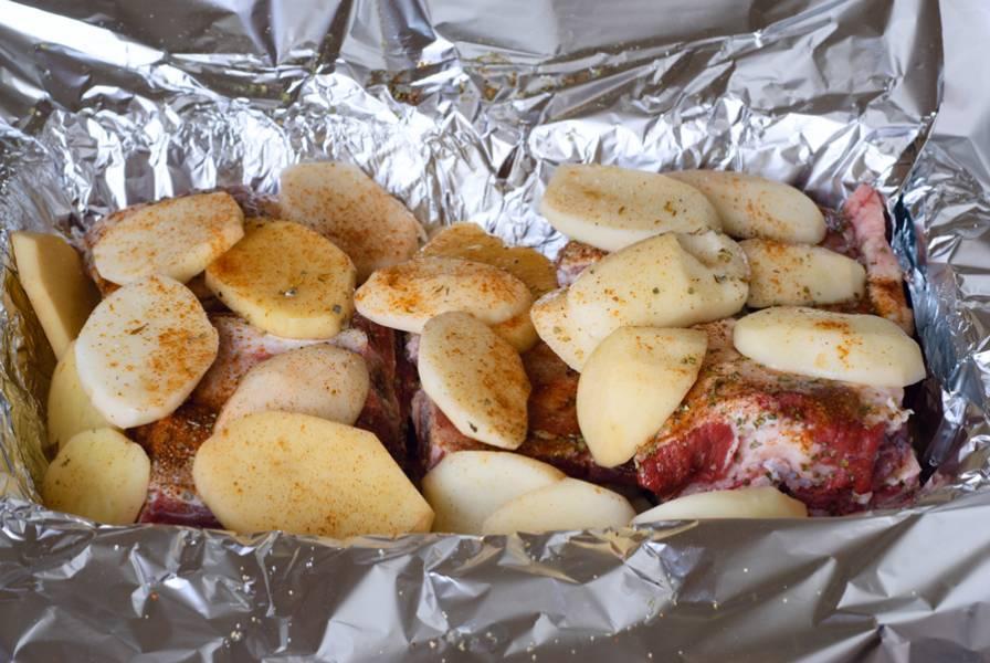 Затем делаем еще один слой картофеля, опять же специи и немного соли (не переборщите).