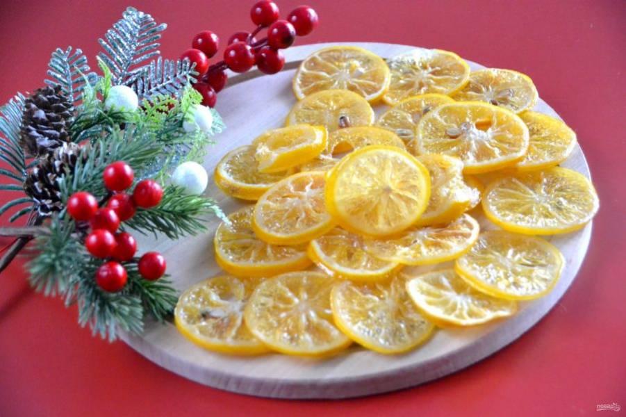 Лимонные цукаты получились очень вкусные и красивые. При желании их можно подвесить на ниточке, как новогоднее украшение. Или дополнить ломтиками любые десерты.