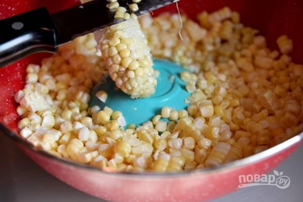 1. Початки кукурузы вымойте, обсушите и острым ножом срежьте зерна.