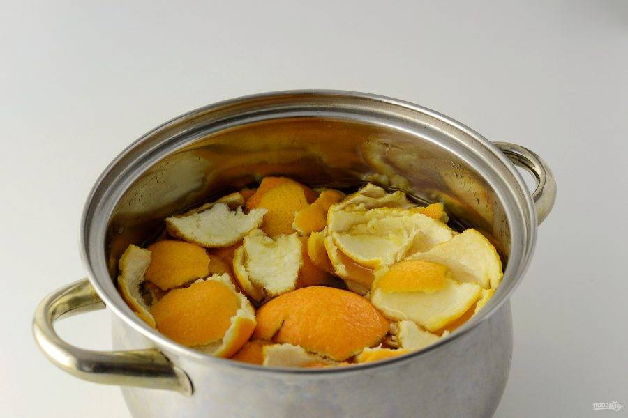 Апельсиновые корки залейте водой, доведите до кипения. Варите 15 минут.