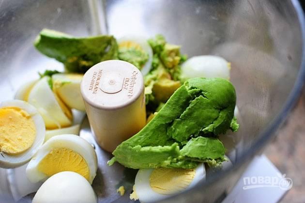2. Добавьте яйца и мякоть авокадо в чашу блендера.