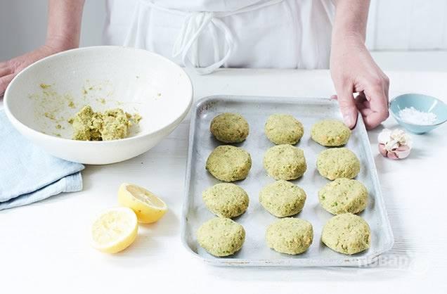 4. Из первой массы слепите круглые пирожки и присыпьте немного мукой.
