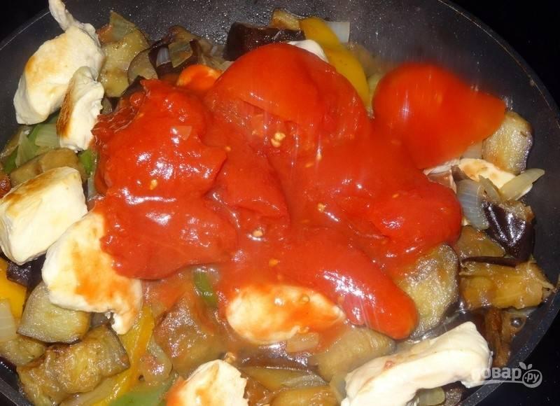 Потом положите грудку и помидоры без кожицы. Перемешайте ингредиенты, тушите 3 минуты.